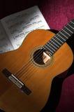 Guitarra clásica con música de hoja imagen de archivo