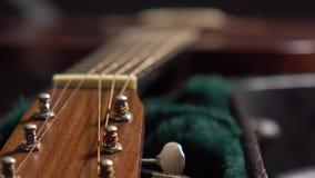 Guitarra clásica de Brown en el caso tiro del foco del tormento 4K almacen de video