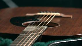 Guitarra clásica de Brown en el caso vídeo del foco del tormento 4K almacen de metraje de vídeo