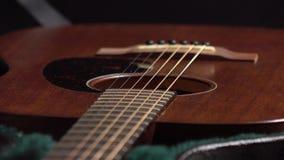 Guitarra clásica en el caso 4K se cierran encima del vídeo del carro almacen de metraje de vídeo