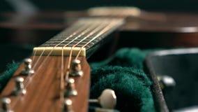 Guitarra clásica en el caso tiro del foco del tormento 4K metrajes