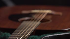 Guitarra clásica en el vídeo del foco del tormento del caso 4K metrajes