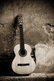 Guitarra clásica en la pared fotografía de archivo libre de regalías