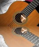 Guitarra clásica reflejada imagenes de archivo