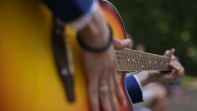 Guitarra clássica de Playing Solo On do músico novo, fim do estilo do dedo acima Uma guitarra acústica usa somente meios acústico video estoque