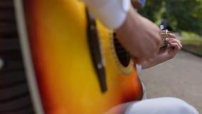 Guitarra clássica de Playing Solo On do músico novo, fim do estilo do dedo acima Uma guitarra acústica usa somente meios acústico filme