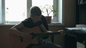 Guitarra clássica de Playing Solo On do músico novo, fim do estilo do dedo acima Uma guitarra acústica usa somente meios acústico vídeos de arquivo
