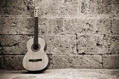Guitarra clássica na parede foto de stock