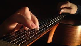 Guitarra clássica que joga, vista de cima de filme