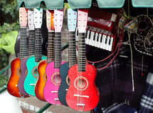 Guitarra coloridas na loja dos instrumentos musicais Foto de Stock Royalty Free