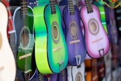 Guitarra coloridas para crianças na exposição foto de stock royalty free