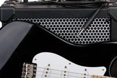 Guitarra com amplificador e cabo audio com close up do jaque Imagens de Stock Royalty Free