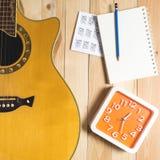 Guitarra com equipamento da escrita da música da música Imagem de Stock
