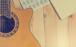 Guitarra com o caderno vazio para a escrita da música Imagens de Stock