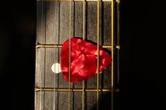 Guitarra com picareta imagens de stock