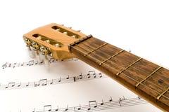 Guitarra con las notas Fotografía de archivo