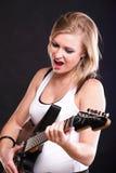 Guitarra da canção da rocha do canto da mulher isolada Imagem de Stock Royalty Free