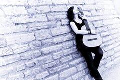 Guitarra da terra arrendada do artista da rua Fotografia de Stock Royalty Free