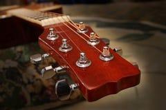 Guitarra de ajustamento Fotos de Stock