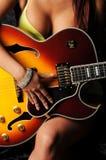 Guitarra de cepillado de la mujer Fotografía de archivo libre de regalías