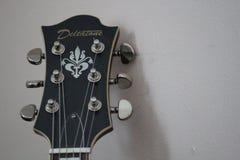 Guitarra de Deltatone que se sienta contra la pared imagen de archivo