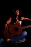 Guitarra de la explotación agrícola de la muchacha del país Imagen de archivo libre de regalías