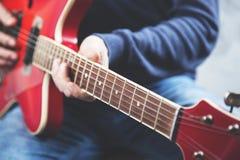 Guitarra de la mano del hombre imagenes de archivo