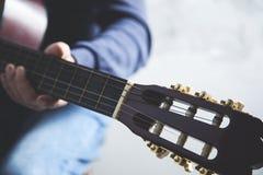 Guitarra de la mano del hombre fotos de archivo libres de regalías