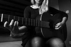 Guitarra de la mano izquierda imágenes de archivo libres de regalías