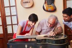 Guitarra de la reparación de Luthiers Fotos de archivo
