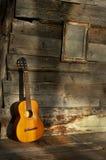 Guitarra de los azules la pared de madera vieja como fondo Foto de archivo libre de regalías