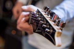 Guitarra de los jugadores foto de archivo