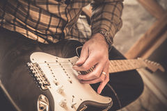 Guitarra de Restringing Foto de archivo