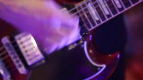 Guitarra de solo dos jogos do músico da rocha video estoque