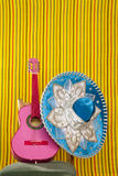 Guitarra del color de rosa del sombrero mexicano del bordado del Mariachi Fotos de archivo libres de regalías