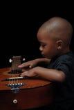Guitarra del juego del muchacho del afroamericano Fotografía de archivo libre de regalías