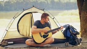 Guitarra del juego del viajero en la naturaleza
