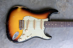 Guitarra do cutaway do dobro do sunburst do vintage fotografia de stock royalty free