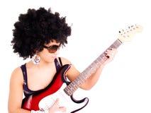 Guitarra do jogo da mulher nova sobre o branco foto de stock