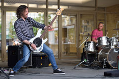 Guitarra do jogo do músico no dia da música da rua Imagem de Stock