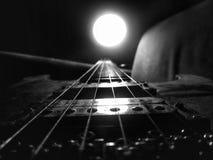 Guitarra e lâmpada empoeiradas imagens de stock royalty free