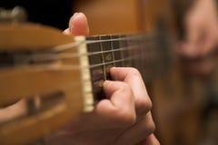Guitarra e mão Fotos de Stock Royalty Free