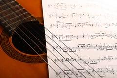 Guitarra e notas clássicas Fotografia de Stock Royalty Free