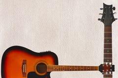 Guitarra e pescoço enormes acústicos no fundo do cartão, com abundância do espaço da cópia Imagens de Stock