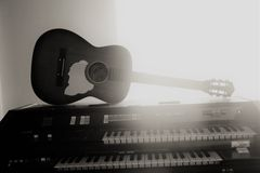 Guitarra e piano Fotografia de Stock Royalty Free