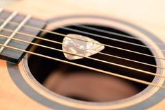 Guitarra e picareta foto de stock