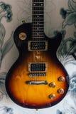 Guitarra eléctrica amarilla del vintage imágenes de archivo libres de regalías