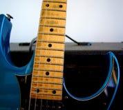 Guitarra eléctrica azul imágenes de archivo libres de regalías