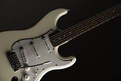 Guitarra eléctrica blanca en negro Foto de archivo