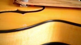 Guitarra eléctrica clásica Jazz Gyrating en horizontal en cierre para arriba almacen de metraje de vídeo